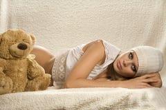 детеныши привлекательной девушки лежа Стоковое Изображение RF