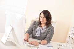 детеныши привлекательной женщины офиса дела работая Стоковое Изображение RF