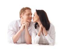 детеныши привлекательных кавказских пар ослабляя Стоковое фото RF
