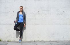 Детеныши, пригонка и sporty женщина отдыхая после тренировки Фитнес, спорт, городской jogging и здоровая концепция образа жизни стоковое фото