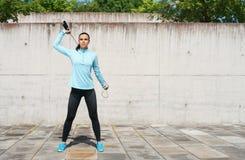 Детеныши, пригонка и sporty женщина скача с прыгая веревочкой Фитнес, спорт, городской jogging и здоровая концепция образа жизни Стоковое Изображение