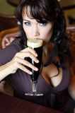 детеныши ресторана брюнет пива стеклянные стоковая фотография