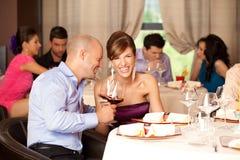 детеныши ресторана пар смеясь над стоковое фото rf