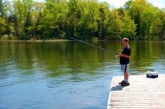 детеныши рыболовства мальчика Стоковые Изображения RF