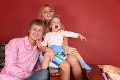 детеныши семьи смеясь над стоковое фото