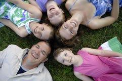 детеныши семьи счастливые играя Стоковая Фотография RF