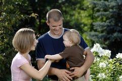 детеныши семьи счастливые играя Стоковые Изображения