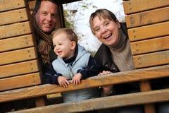 детеныши семьи счастливые стоковое изображение rf