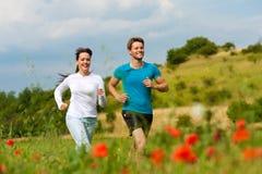 детеныши снаружи пар jogging sportive стоковая фотография rf
