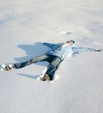 детеныши снежка девушки счастливые лежа стоковое изображение