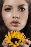 детеныши солнцецвета лета портрета девушки Стоковые Изображения