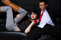 детеныши софы черных пар glamourous любящие Стоковые Фотографии RF