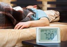 детеныши спать человека будильника Стоковые Фотографии RF