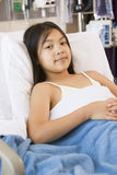 детеныши стационара девушки кровати лежа Стоковые Фотографии RF