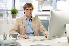 детеныши стола бизнесмена сидя Стоковая Фотография