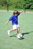 детеныши стрельбы мальчика шарика Стоковые Фото