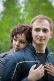 детеныши супруги супруга пар любящие напольные стоковые изображения