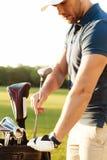 Детеныши сфокусировали игрока в гольф человека принимая вне гольф-клуб Стоковые Фото