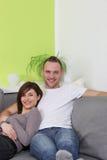 детеныши счастливого дома пар ослабляя Стоковое Изображение