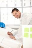 детеныши счастливого офиса архитектора работая стоковое изображение rf