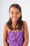 детеныши счастливой школьницы портрета пурпуровой верхние нося Стоковая Фотография RF