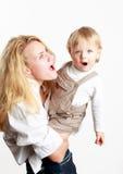 детеныши сынка представления мати младенца счастливые Стоковые Фото