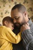 детеныши сынка удерживания отца сь Стоковая Фотография
