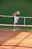 детеныши тенниса игры мальчика Стоковые Фото