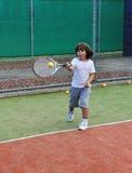 детеныши тенниса игры мальчика Стоковое Фото