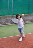 детеныши тенниса игры мальчика Стоковые Изображения