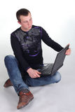 детеныши тетради человека сидя Стоковое Изображение RF