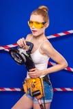 Детеныши, тонкая девушка построителя в белой рубашке, поясе построителя, построителе g Стоковые Фото