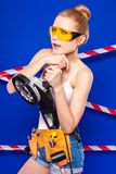 Детеныши, тонкая девушка построителя в белой рубашке, поясе построителя, построителе g Стоковое фото RF