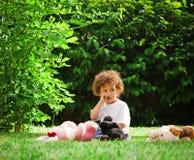 детеныши травы мальчика стоковая фотография rf