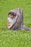 детеныши травы мальчика стоковые фотографии rf