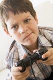 детеныши удерживания игры регулятора мальчика видео- Стоковое Изображение RF