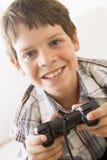 детеныши удерживания игры регулятора мальчика видео- Стоковые Фото
