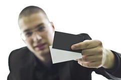 детеныши удерживания карточки бизнесмена дела Стоковая Фотография RF