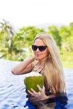 Детеныши уменьшают белокурую женщину в cocon вытрезвителя пить солнечных очков здоровом стоковое изображение rf