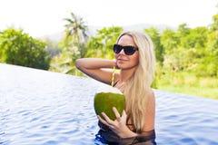 Детеныши уменьшают белокурую женщину в cocon вытрезвителя пить солнечных очков здоровом стоковые изображения rf