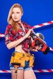 Детеныши уменьшают девушку построителя в рубашке chechered красным цветом, поясе построителя, je Стоковые Изображения