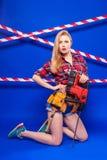 Детеныши уменьшают девушку построителя в рубашке chechered красным цветом, поясе построителя, je Стоковые Фото