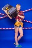 Детеныши уменьшают девушку построителя в рубашке chechered красным цветом, поясе построителя, je Стоковое Фото