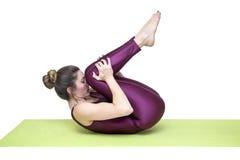 Детеныши уменьшают йогу женщины практикуя в студии Стоковые Изображения RF