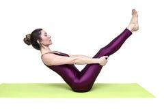 Детеныши уменьшают йогу женщины практикуя в студии Стоковые Фото