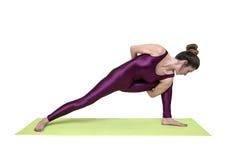 Детеныши уменьшают йогу женщины практикуя в студии Стоковая Фотография