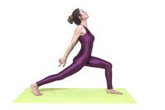 Детеныши уменьшают йогу женщины практикуя в студии Стоковые Изображения