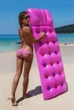 Детеныши уменьшают sunbath женщины с тюфяком воздуха на троповом пляже стоковое изображение rf