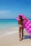Детеныши уменьшают sunbath женщины с тюфяком воздуха на троповом пляже стоковая фотография rf