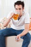 детеныши управлением мальчика пива стеклянные дистанционные Стоковые Фото